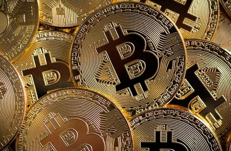 Bitcoin cai 9% em uma hora e causa liquidação de R$ 14,9 bilhões no mercado